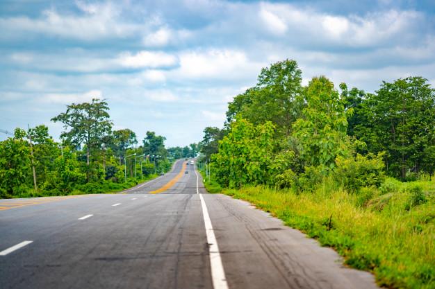 route-longue-route-ciel-bleu_36722-152